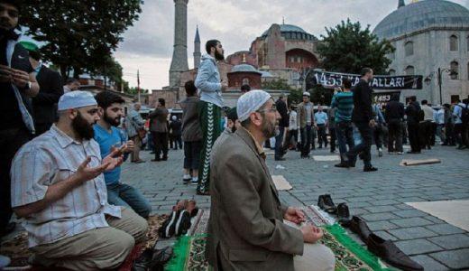 Fieles musulmanes han orado frente a Santa Sofía para exigir que se convierta en mezquita.