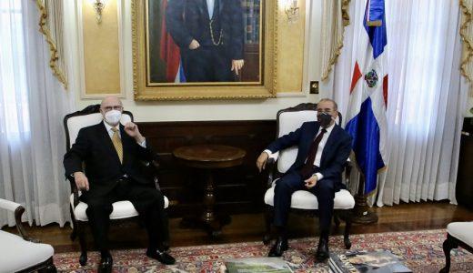 Sentados el presidente Danilo Medina y el exmandatario Hipólito Mejía en el Palacio Nacional. (Fuente: Presidencia)
