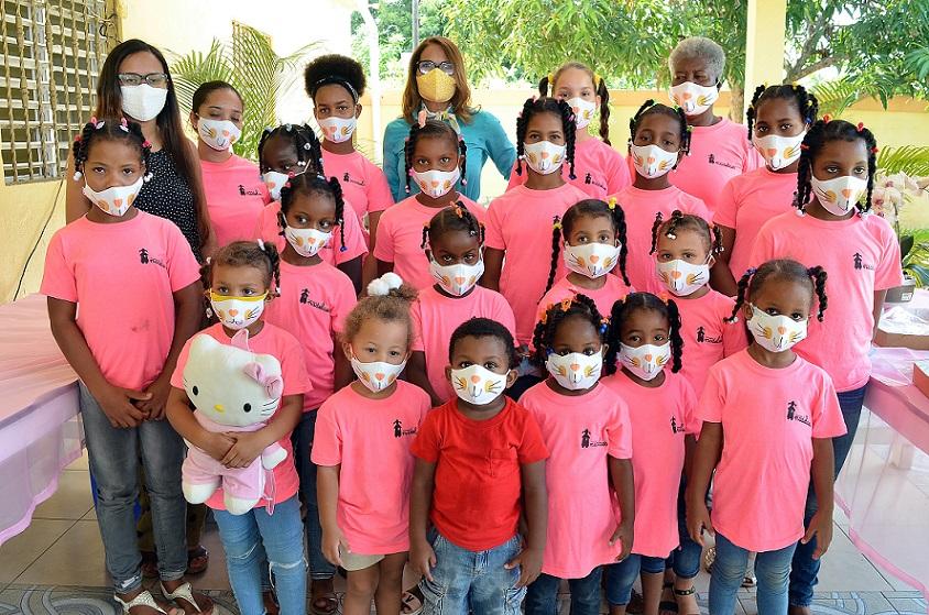 Inmoda RD dona mascarillas a hogar de niñas.