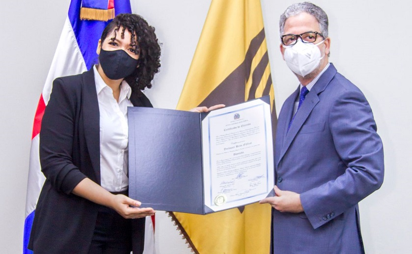 La merenguera Juliana O`Neal recibe su certificado como diputado.