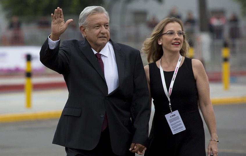 Presidente de México defiende a su esposa de críticos.
