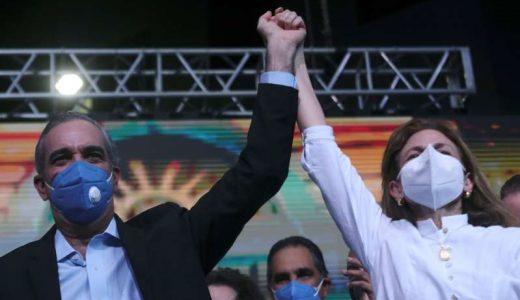Luis Abinader celebra con su compañera de fórmula Raquel Peña (Fuente: Ricardo Rojas/ Reuters)