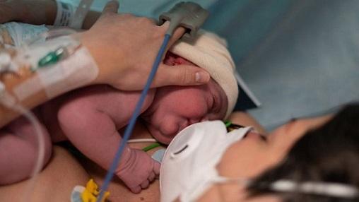 Coronavirus: el caso que confirma que el covid-19 sí puede transmitirse de una madre a su hijo por la placenta (y por qué es extremadamente raro)