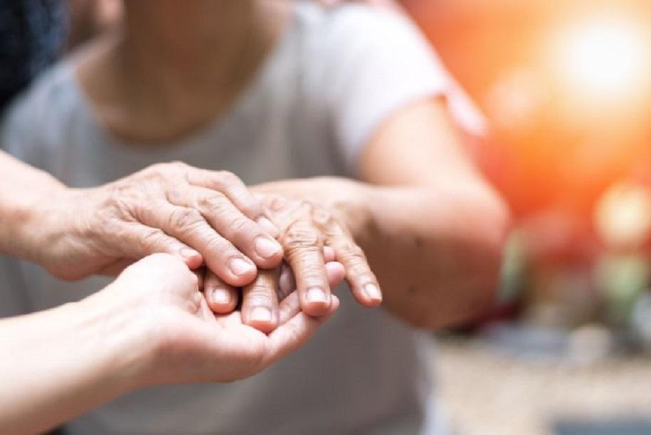Los pacientes de Parkinson suelen desarrollar temblores que indican la presencia de la enfermedad. (Fuente: Getty Images)