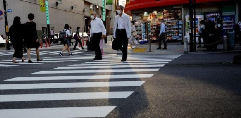 Peatones con mascarillas en el centro de Tokio, Japón.