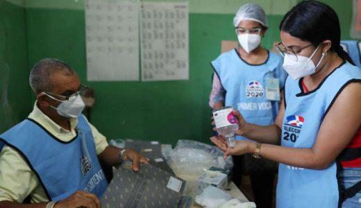 Personal de mesa electoral se prepara para votaciones. (Fuente: Ricardo Rojas/ Reuters)