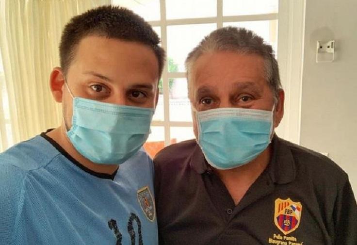 Roberto Durán, recuperado del COVID-19, junto a su hijo Brambi.