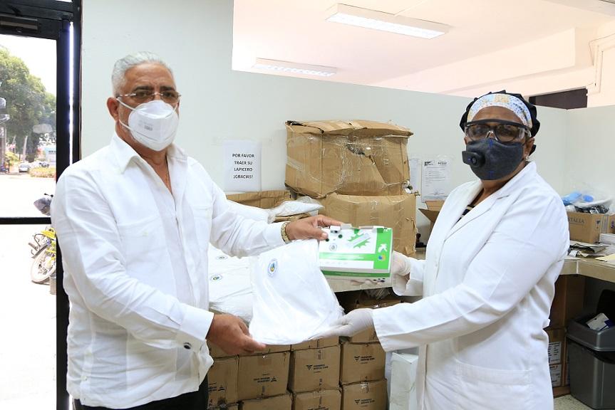 Doctor Severo Mercedes dona insumos al Hospital Salvador Gautier.