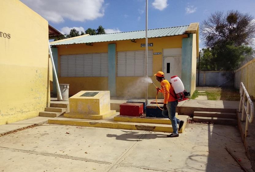 Ministerio de Educación desinfecta escuelas.