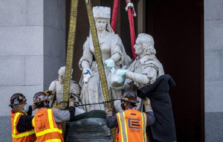 Unos trabajadores retiran una estatua de Cristóbal Colón y la reina Isabel I de Castilla del Capitolio estatal, en California. (Fuente: Daniel Kim/The Sacramento Bee via AP)