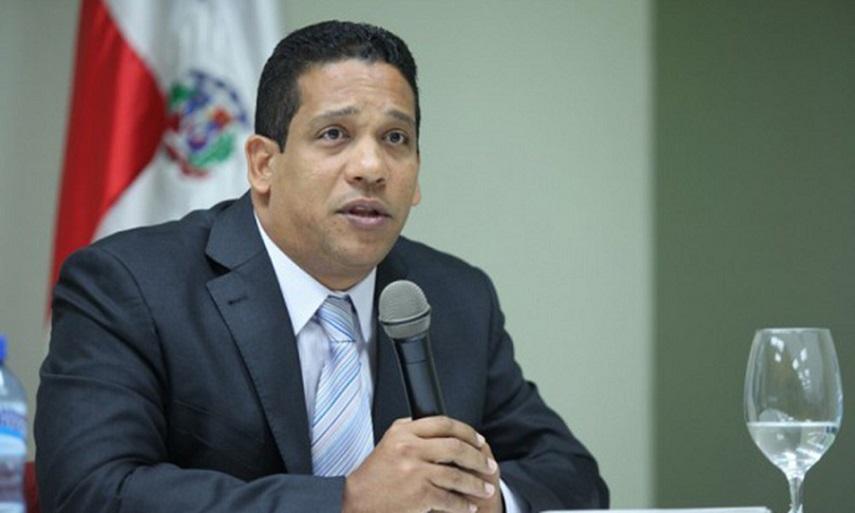 Carlos Pimentel director compras y contrataciones públicas.