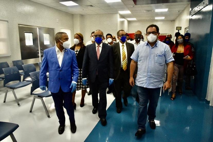 Mario Lama inspecciona hospital de Bonao.