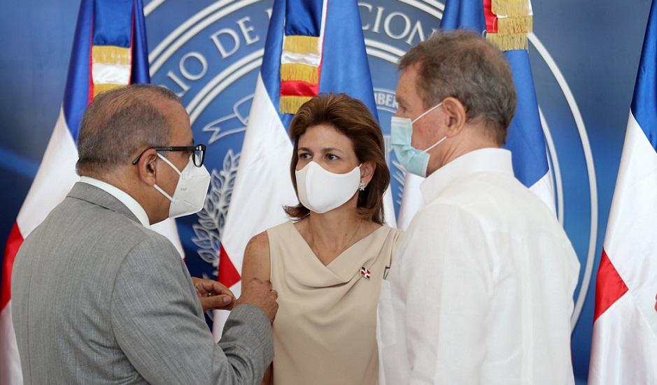 Vicepresidenta Peña recibe donaciones de medicamentos.