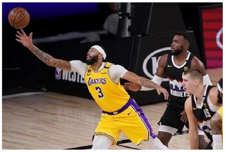 Anthony Davis, de los Lakers, se estira en busca de un balón.