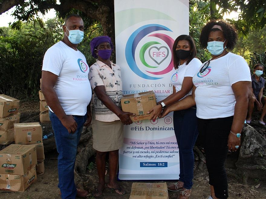 FIFS dona alimentos a familias necesitadas.