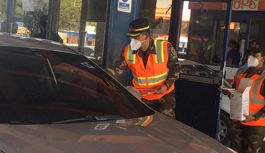 MOPC entrega mascarillas y triángulos reflectivos a conductores en peaje