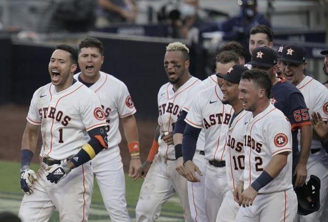 Carlos Correa dispara jonrón para mantener vivos a los Astros en la serie ante los Rays