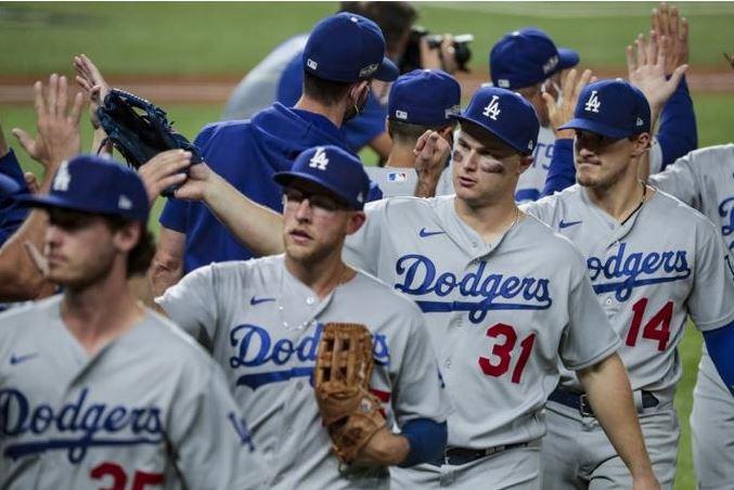 Will Smith se viste de héroe en la victoria de los Dodgers que superan a los Bravos