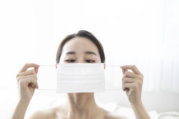 Qué hacer con la mascarilla para reducir el riesgo de contagio por coronavirus a través del aire