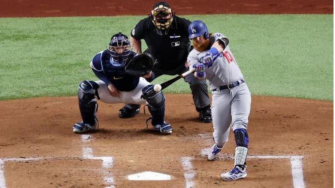 Turner de los Dodgers vuelve a cumplir con bate y guante