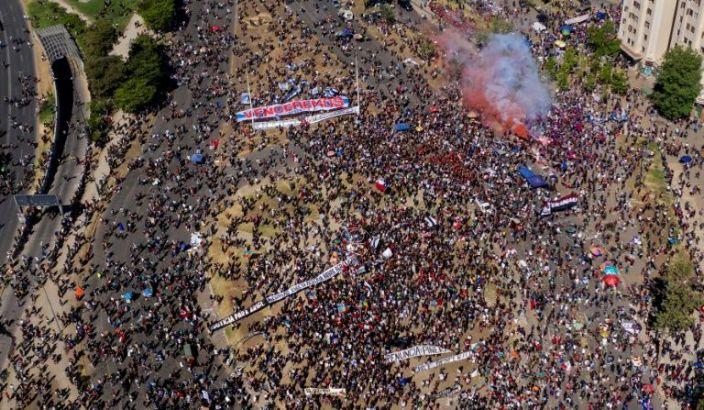 Dos iglesias quemadas y violencia aislada empañan masiva manifestación en Santiago de Chile