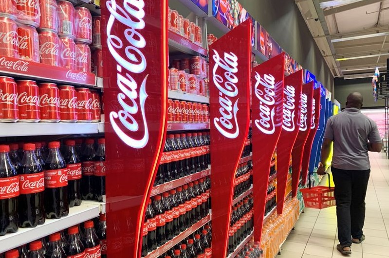 Un hombre pasa junto a unos estantes de botellas y latas de Coca-Cola en un centro comercial Palms, en Lagos. (Fuente: Reuters)
