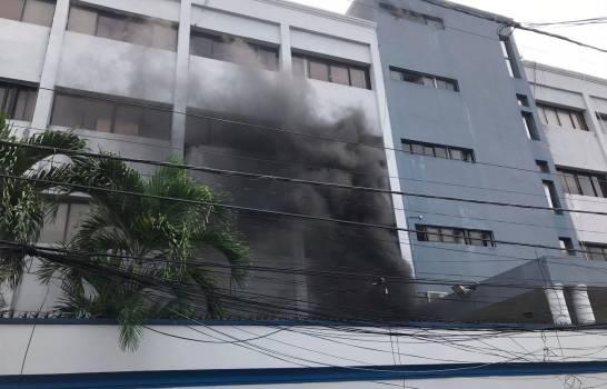 Incendio afecta áreas Salud Pública.