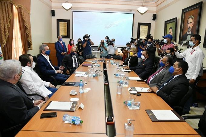 Presidente Abinader se reúne con sociedad dominicana de diarios.
