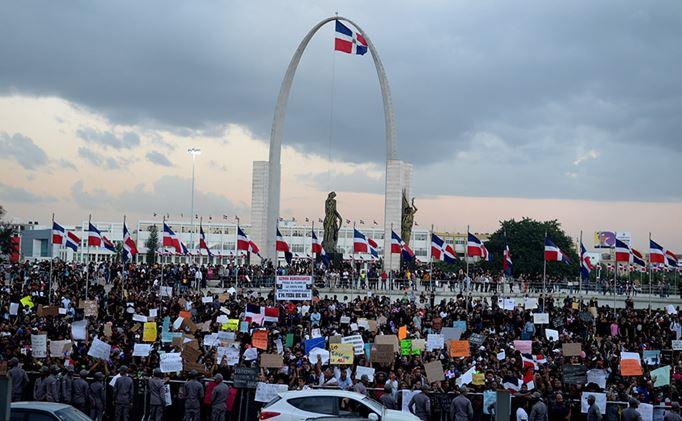 Convocan nueva protesta por impuestos frente a Plaza de la Bandera.