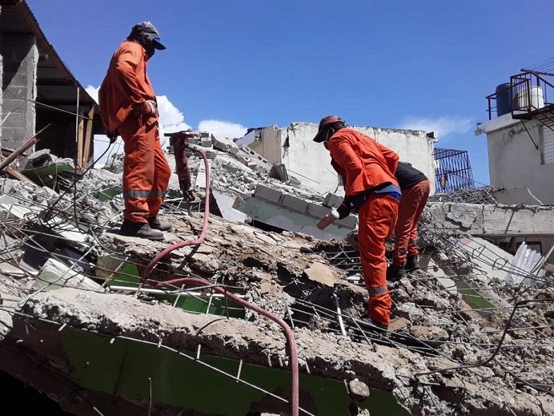 Obras Pública remueve escombros de vivienda.