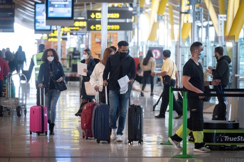 Viajeros en la Terminal 4 del aeropuerto Madrid-Barajas. (Fuente: EFE)