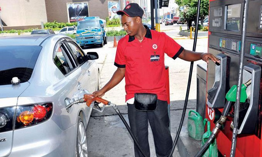 Bombero expende gasolina a cliente.