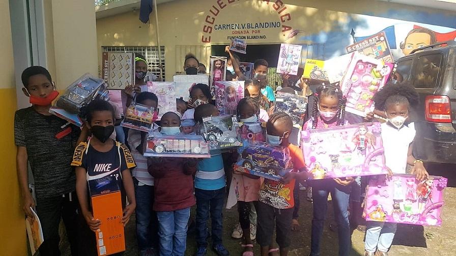 Fundación Blandino dona juguetes a niños Sierra Prieta.