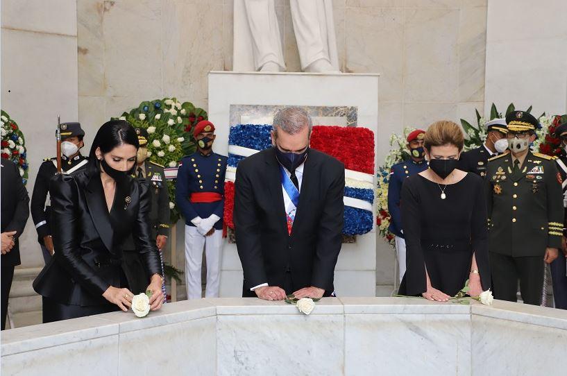 Abinader deposita ofrenda floral en Altar de la Patria.