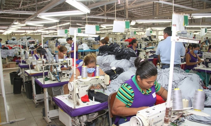Trabajadores de zona franca durante jornada laboral.