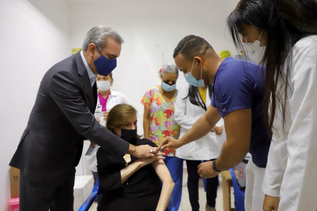 El presidente Abinader observa proceso de vacunación de su madre Doña Sula. (Fuente: Presidencia)