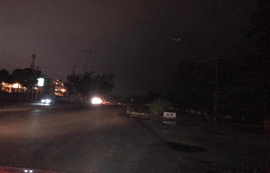 Oscuridad arropa autopista 30 de mayo.