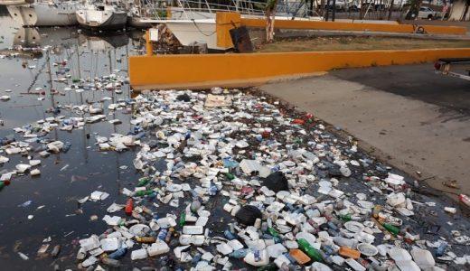 La basura se acumula en área Club Náutico de Haina (Foto de archivo).