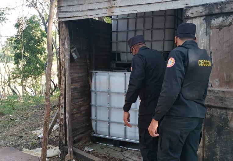 CECCOM desmantela fábrica de alcohol adulterado.