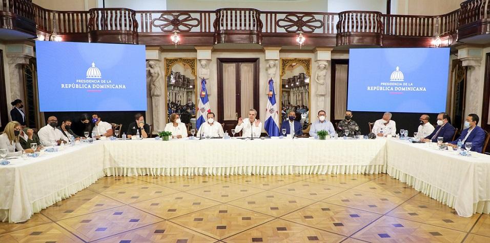 Abinader recibe juntas de vecinos de Villa Altagracia en el Palacio.