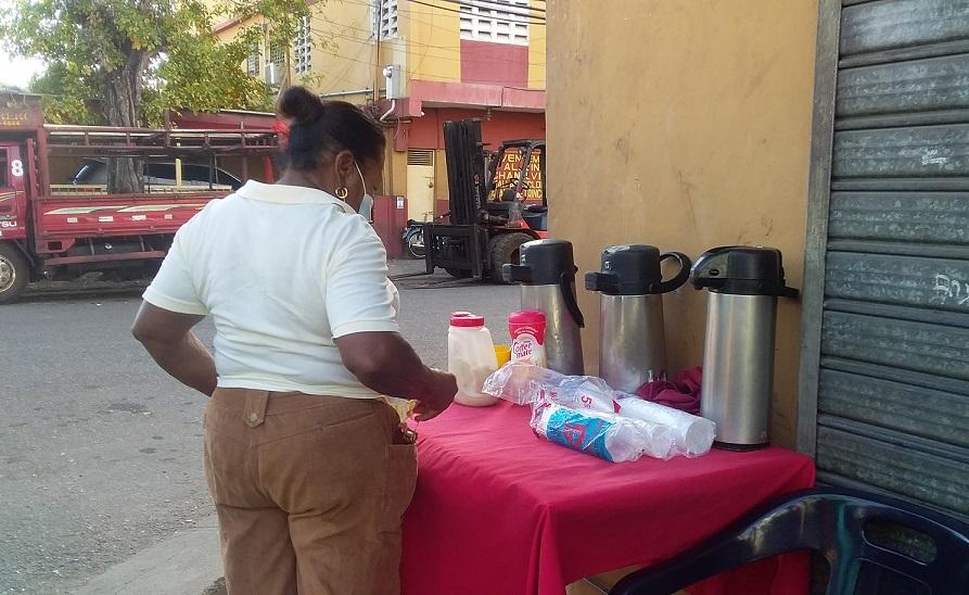 Doña Celeste vende café para ganarse la vida.