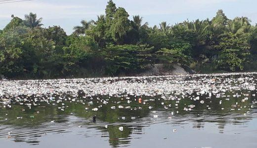 Basura lanzada al río Haina que llega hasta Playa del 13 (Foto de archivo).