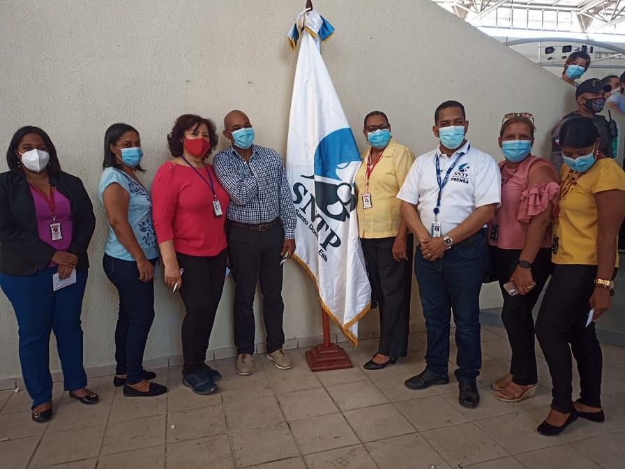 Trabajadores de la prensa SDE y Boca Chica se vacunan contra covid-19.