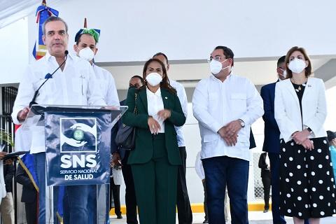 Presidente Abinader y funcionarios durante el acto.