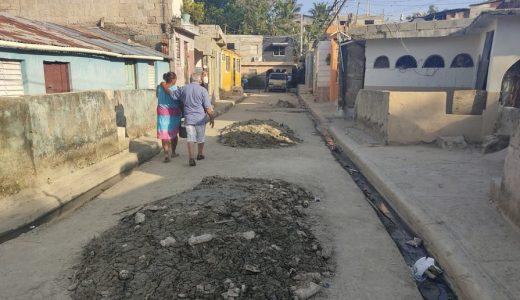 Aguas negras apozadas en calle Hermanas Mirabal Segunda del sector La Mina de Los Guaricanos.