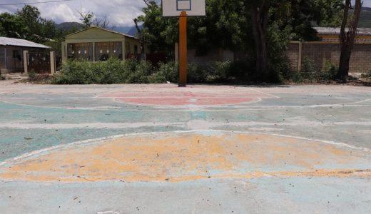 Cancha de baloncesto se encuentra en mal estado.