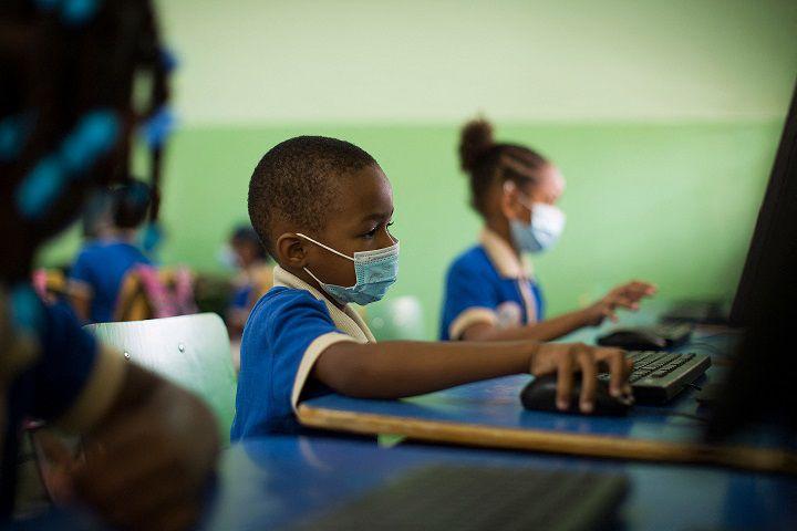 Niños acuden a aulas pese al coronavirus en RD.