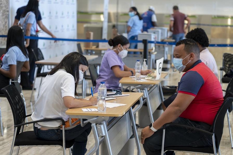 Inoculan contra el coronavirus empleados Aeropuerto de Punta Cana.