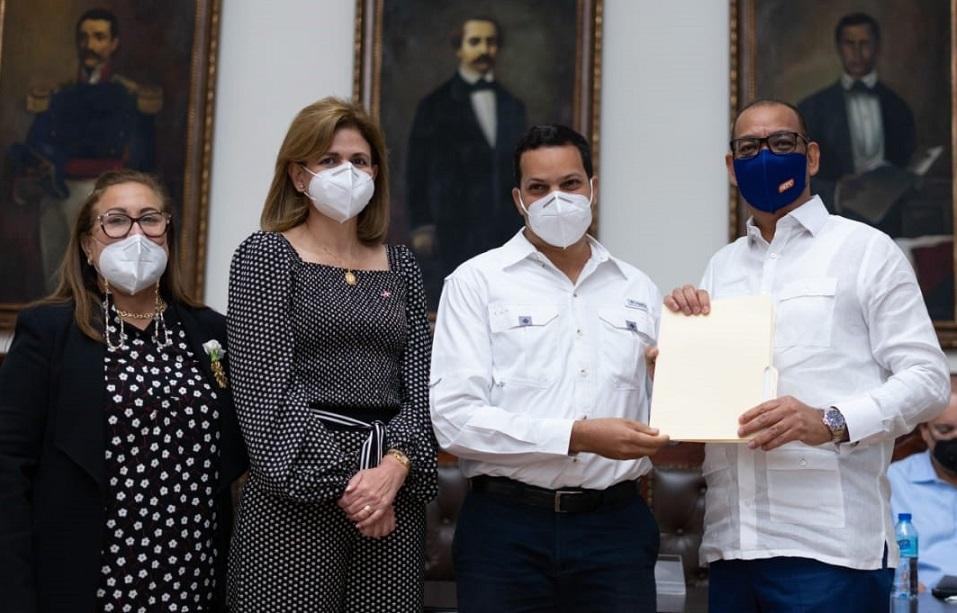 Vicepresidente Raquel Peña encabeza proceso licitación de obras en Santiago.