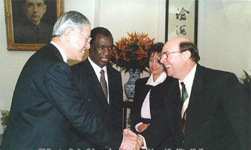 Momentos en que Peña Gómez presenta a Hipolito Mejía Lee Ten presidente deTaiwan.